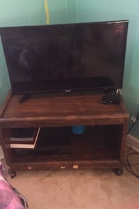 32 inch TV and wooden stand Arlington, 22207