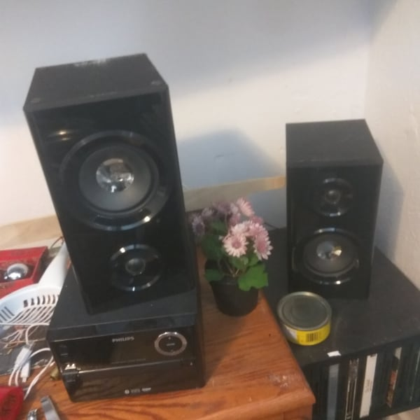 Selling Phillips speaker system.