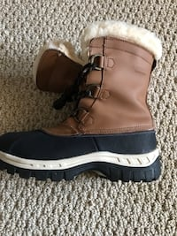 NEW IN THE BOX BEARPAW WINTER BOOTS YOUTH SIZE 2 Newmanstown, 17073