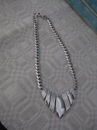 Beautiful vintage necklace (yet very modern) in silver - 16 inches Mississauga