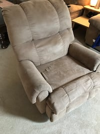 Brown reclining chair good shape  Shelby, 44875