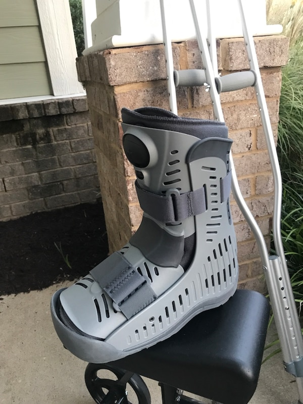 Ankle boot, crutches and knee scooter 243e88a7-5efc-40fc-8005-3ee8e83bed8e