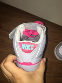 White-and-pink nike basketball shoes size:6 Barrie, L4N 6Y6