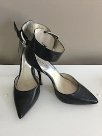 pair of black leather pointed-toe pumps Sterling, 20164