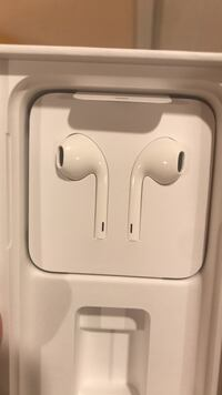 apple earpods (WITH WIRE) brand new never used Montgomery Village, 20886