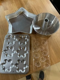 Cake pans and molds