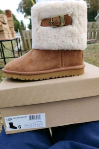 Ugg boot, size 6.  $ 80.00 Clementon, 08021