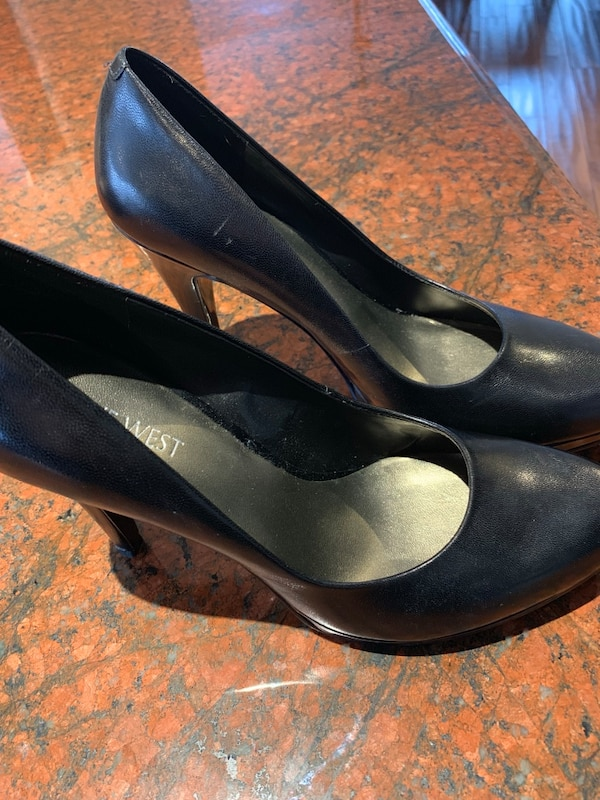 pair of black leather pumps 2be266ee-b982-4b4b-bc91-bde318bff596