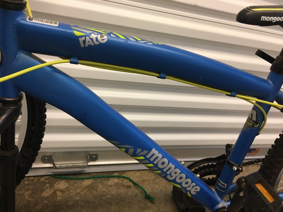 Photo Mongoose Rate 24 inch Mountain Bike with Element Shocks 21 Spd Bicycle