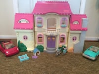 Doll house with 95 pieces