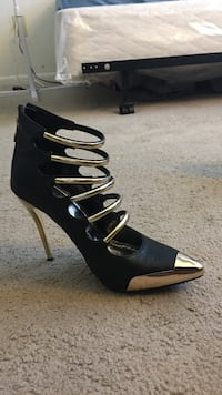 Unpaired women's black and gold pointed toe  only wore one time ! Size 10 Hagerstown, 21740
