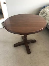 round brown wooden pedestal table Alexandria, 22302