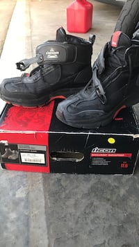 Pair of black work boots 562 mi