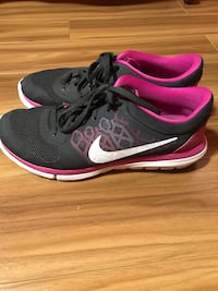 Black-and-pink nike running shoes size 10 Toronto, M1V