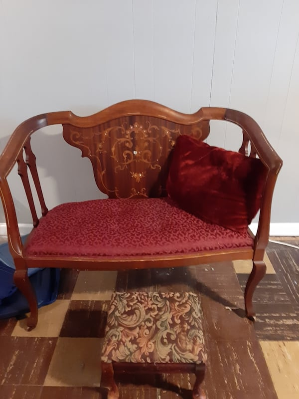 Antique red chair with foot rest 97809d61-29f6-4fd9-b741-80d83a5e6aa2