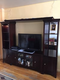 Wooden wall Unit..is in excellent condition (Raymour & Flanigan) New York, 11102