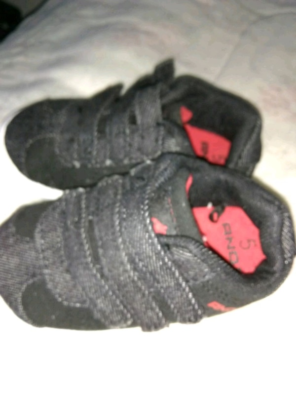 pair of black-and-red shoes 9074fadc-0d07-4f02-bffb-792bdc8ff266