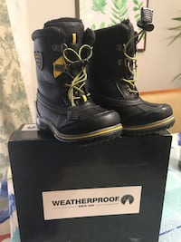 pair of black leather duck boots with box 39 km
