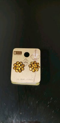 Golden colored stud earrings  Oxon Hill, 20745