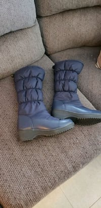Girls boots size 4 almor new