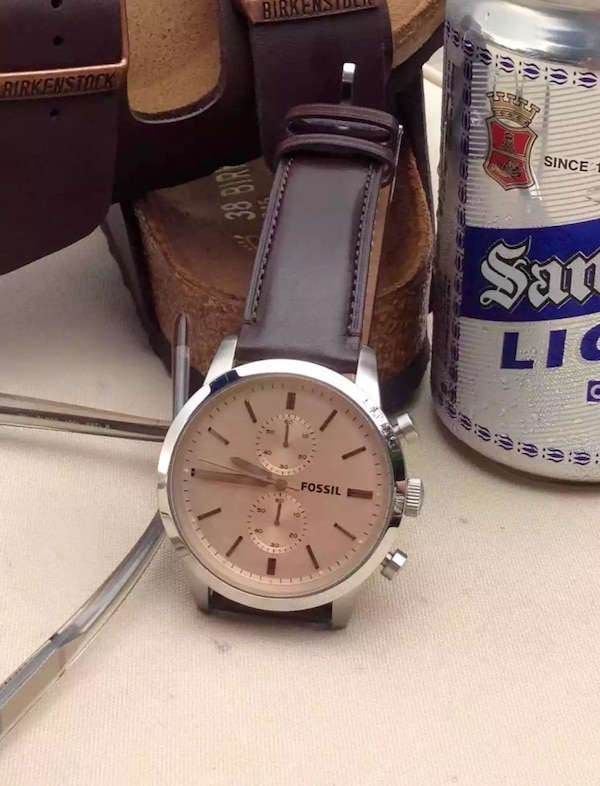 Round silver fossil chronograph watch with brownleather strap. Almost new, factory-condition with case. 1ec4a2f9-ea8f-4855-a711-70f6759d94b2