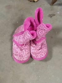 toddler's pink-and-white knitted shoes San Angelo, 76903