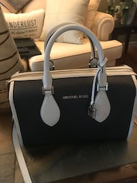 Michael Kors Purse and and matching wristlet. London, N5Z 5C2