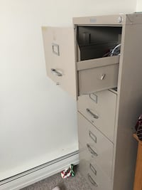 gray metal 4-drawer filing cabinet \in good condition look like new