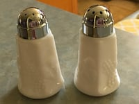 White ceramic salt and pepper shakers Surprise, 85378