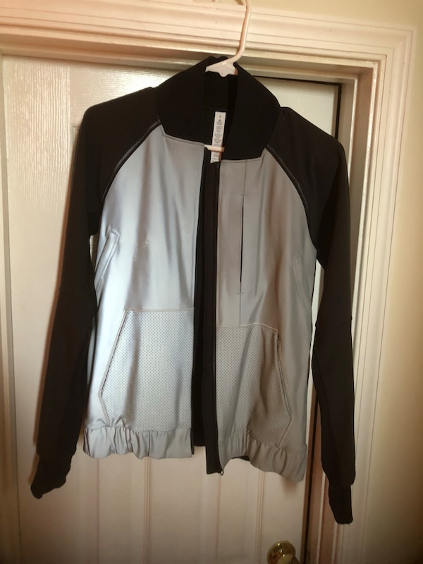 Lululemon athletica size 6 in excellent condition