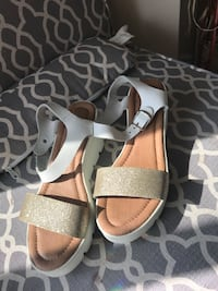 pair of gray-and-brown sandals Toronto, M9N 2M7