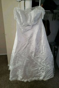 Size 24 white with beautiful long trail Warr Acres, 73122