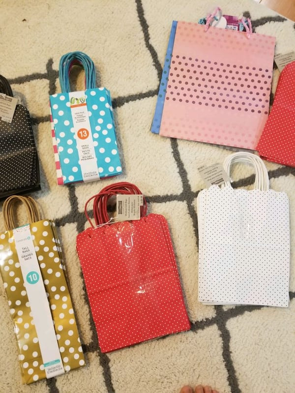 Gift bags and tissue paper *brand new** f1641c17-aab4-4fe1-bd18-927559ef4280