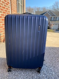 Hard shell spinner suitcase(Great quality, large and clean)