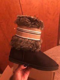Unpaired black and brown suede fur boot