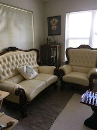 3 piece Faux leather living room set. It's in great condition!