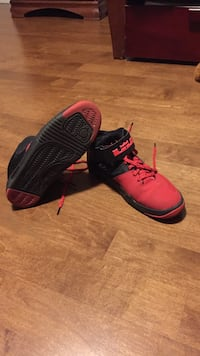 Red-and-black Lebron basketball shoes Côte-Saint-Luc, H4W 1T6