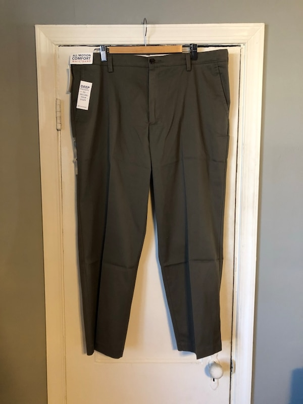 Men's Dockers khaki size 40-29 classic fit NEW never worn