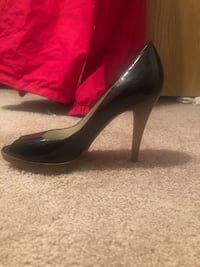 pair of black leather pointed-toe pumps 60 km