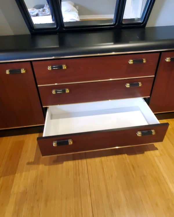 Excellent condition Dresser/Drawer with Mirror d883789b-02f0-41d7-b101-8fe70526155f