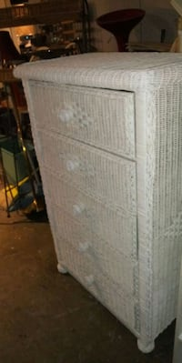 White wicker chest of 5 drawers dresser in good condition all drawers