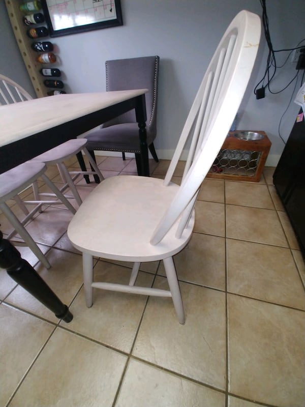 Table and 4 chairs 96542748-904f-418a-9966-53427d5cba67