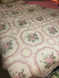 King/Queen Sz Beautiful Quilt in Excellent Condition , N0J 1E0
