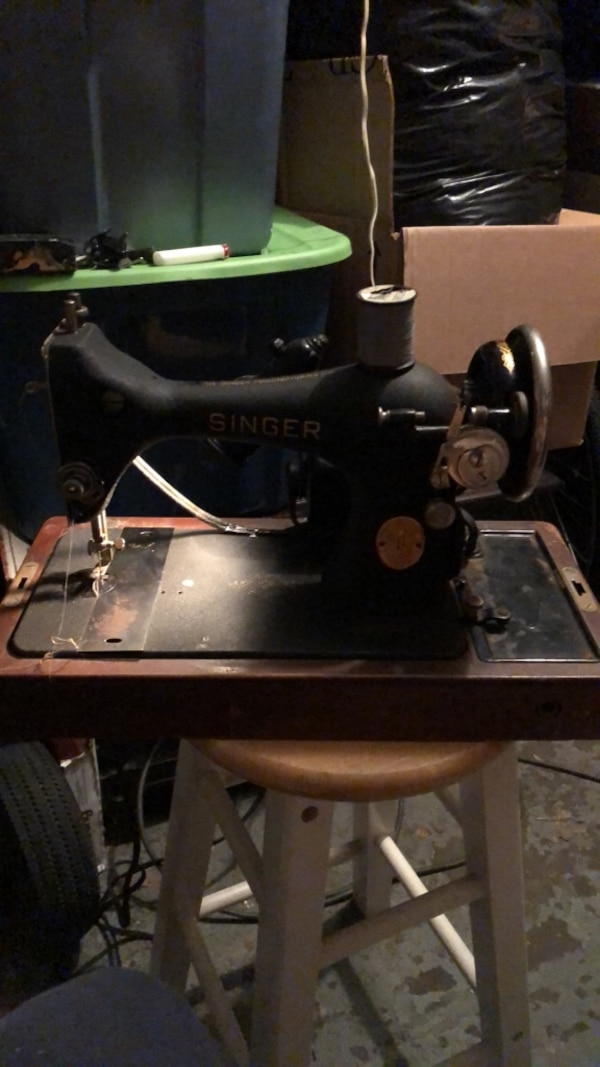 Vintage singer sewing machine 1950's? With wooden case & key