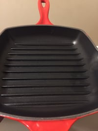 LE CREUSET 8.5 VINTAGE RED WORTH $200.00 Columbia
