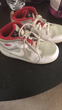 pair of white-and-red Nike sneakers Collinsville, 62234