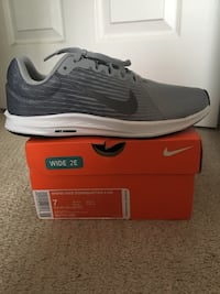 unpaired gray Nike running shoe with box 27 km