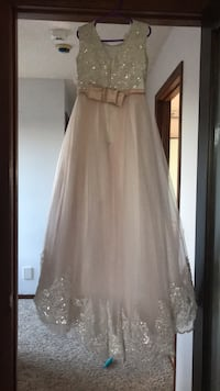 Beautiful flower girl dress fits a 7 to 8 years old  Calgary, T3J 2P1