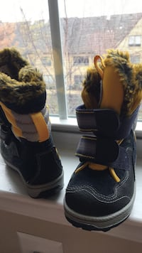Toddler snow boots size 6 US