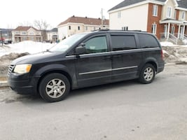 2010 Chrysler Town and Country all equipped +